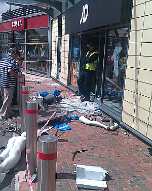Looting aftermath at #Tottenham Hale Retail Park - JD Sports on Twitpic